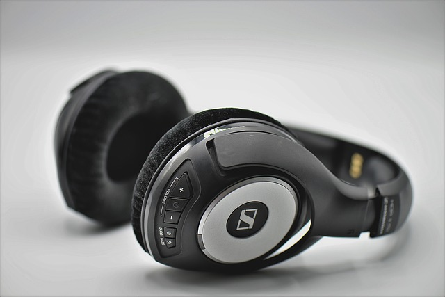 headphones-3683983_640